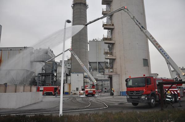 由于有大量柴油泄漏,形成大面积的流淌火苗